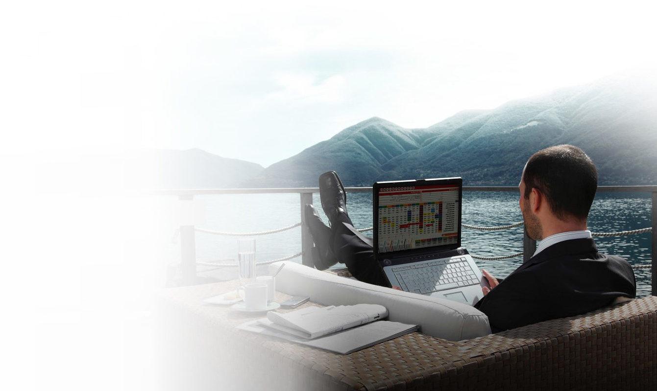 directivo trabajando en sus cuadrantes con laptop en la naturaleza